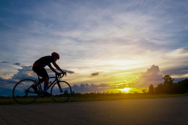ciclista-movimiento-segundo-plano-hermosa-puesta-sol-silueta-ciclista-concepto-verano_57431-44