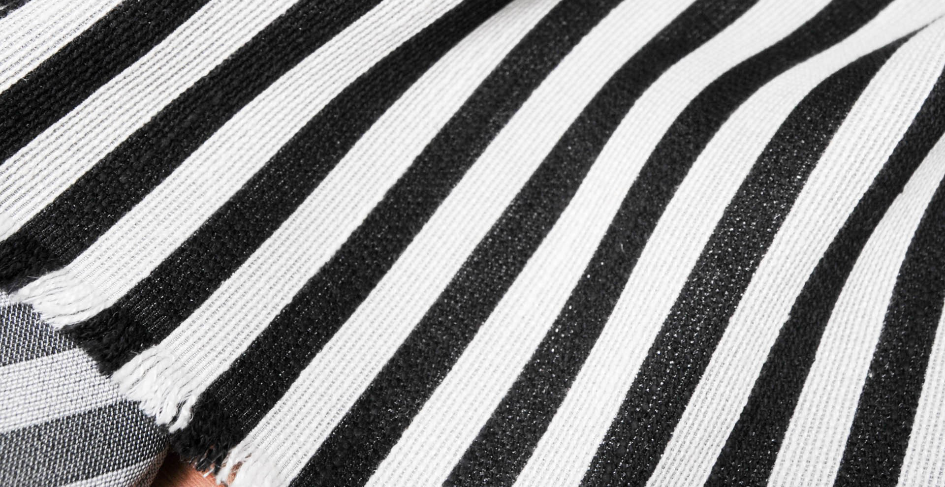 tissu-au-metre-coton-raye-noir-blanc-cotele-en-145-cm-n-747